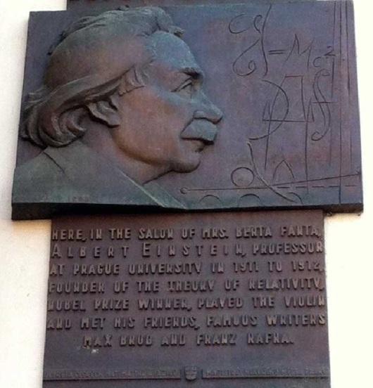 Placa conmemorativa de la amistad de Einstein y Kafka en Praga